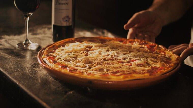 В Італії чоловік їв піцу без COVID-паспорта: його оштрафували на 400 євро