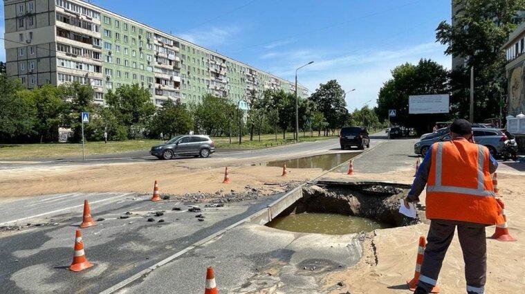 Одну з вулиць затопило у Києві: з-під землі забив комунальний гейзер - відео
