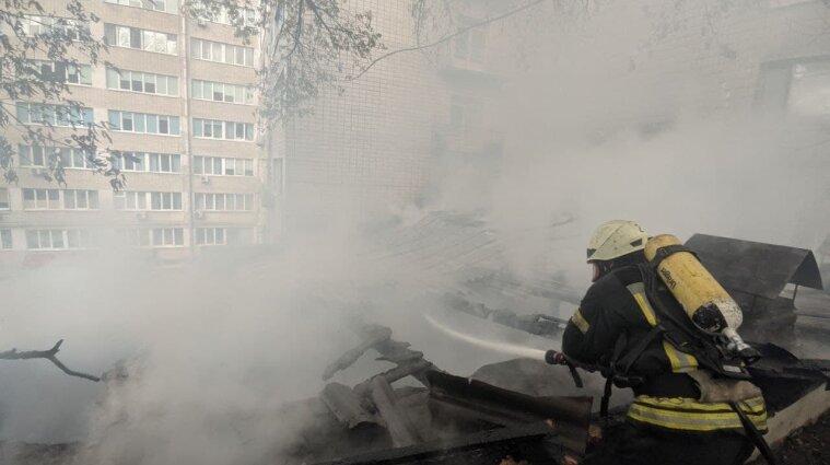 В Киеве горел Институт урологии: эвакуировали десяток человек (фото)