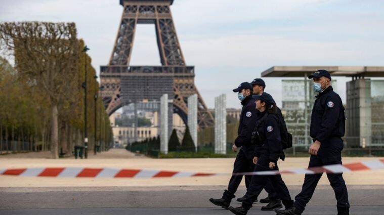 Во Франции вводят комендантский час по всей территории