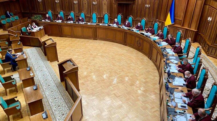 """Зеленський та Разумков хочуть скасувати """"нікчемне"""" рішення КСУ: чи є шанси"""