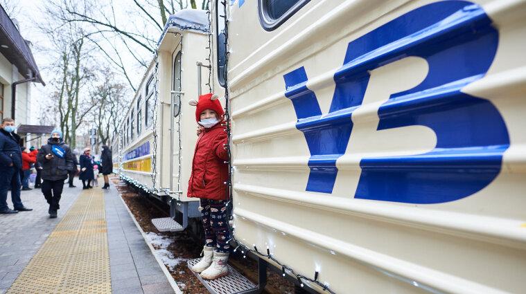 """В Киеве детская железная дорога запустила """"Полярный экспресс"""""""