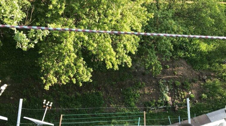 В Краматорске разбилась женщина: перелезала с одного балкона на другой