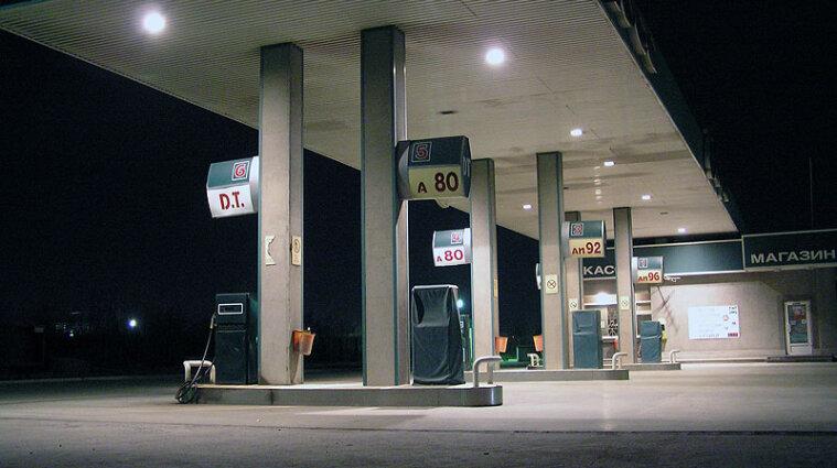 АМКУ оштрафовал АЗС за завышенные цены на топливо