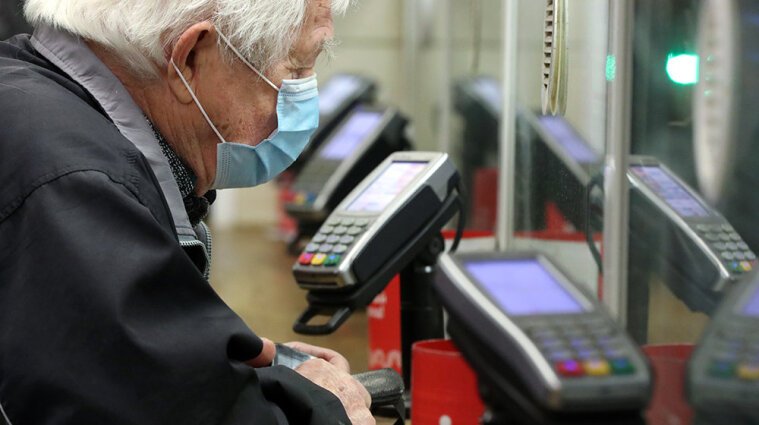 В Минсоцполитики рассказали, как перевести пенсию на карту в банке