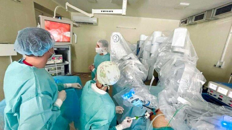 У Львові провели гінекологічну операцію за допомогою робота