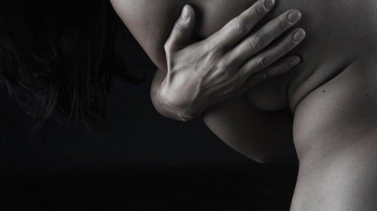 В Винницкой области мужчина нанес семь ударов женщине, с которой накануне ходил на свидание