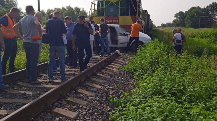 Во Львовской области грузовой поезд протаранил автомобиль, погибла водитель (фото)