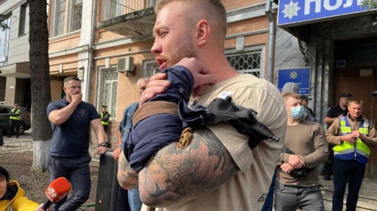 Представитель Нацкорпуса в Киеве порезал себе вены под управлением полиции - видео