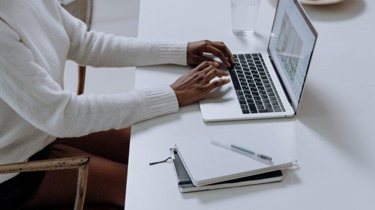 Ноутбуки для вчителів: запідозрили корупційну схему на мільйони гривень
