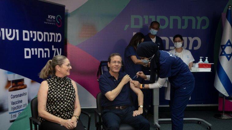 Президент Израиля первым в мире получил третью дозу вакцины от ковида