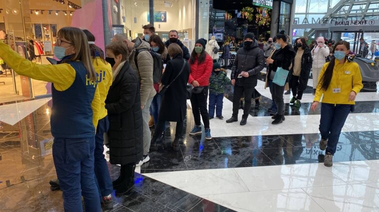 У перший день роботи магазину IKEA люди годинами стоять у черзі - фото