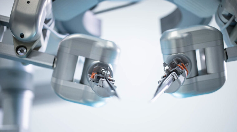 """У Китаї тестують робота-хірурга, який """"спеціалізується"""" на гінекології"""