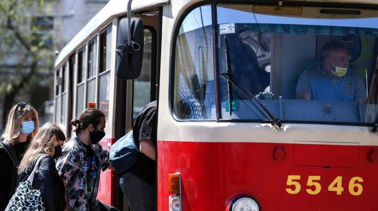 В Києві трамвай зійшов з рейок - відео