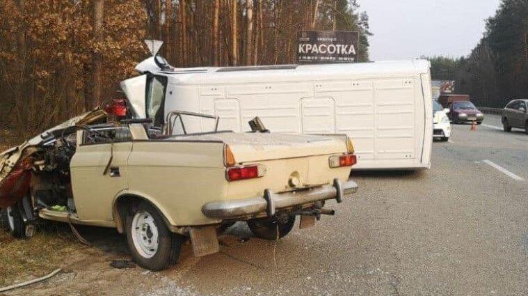 В Киевской области легковушка протаранила катафалк с покойником в салоне - видео
