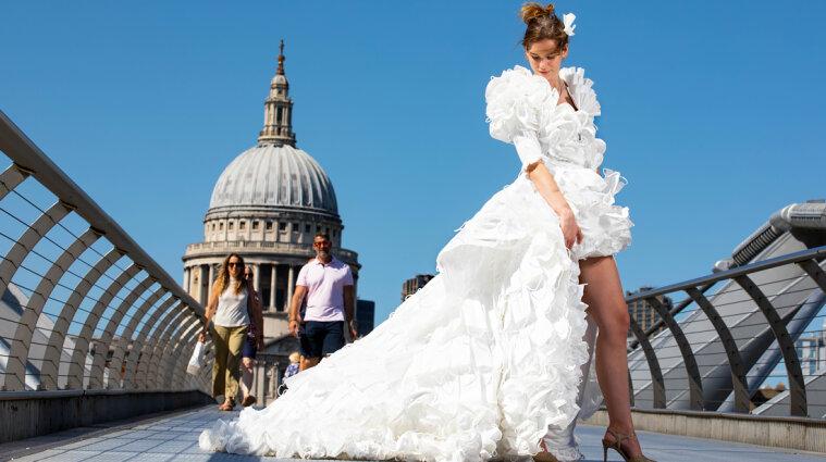 Спасти окружающую среду: британский дизайнер создал свадебное платье из медицинских масок (видео)