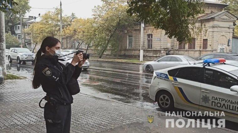 В Одесі чоловік влаштував різанину на зупинці громадського транспорту: є поранені (відео)