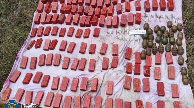 СБУ знайшла на Донбасі схованку бойовиків з тротилом, мінами та набоями (фото)