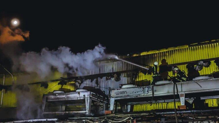 Масштабну пожежу загасили рятувальники у Києві - фото