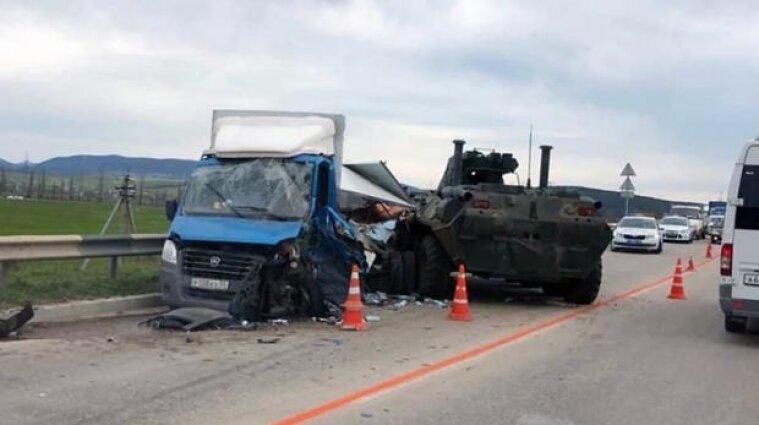 Российский БТР протаранил машину в оккупированном Крыму - видео