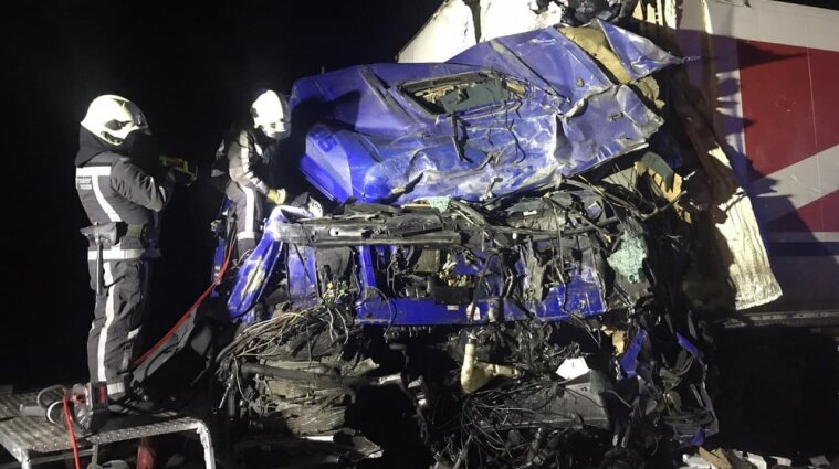 ДТП в Киевской области: водителя вырезали из покореженного авто