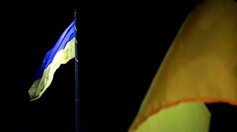 Найбільший прапор України приспустять на час негоди