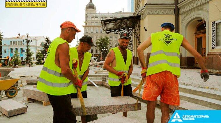 В Киеве ко Дню независимости восстановят фасад Национальной оперы и Театральную площадь (фото)