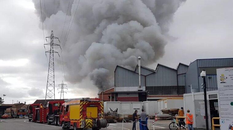 Резервуар з кислотою спалахнув на заводі у Франції - відео