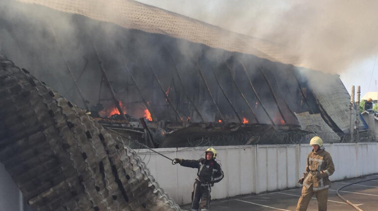 Крупный пожар вспыхнул на предприятии в Киевской области - видео