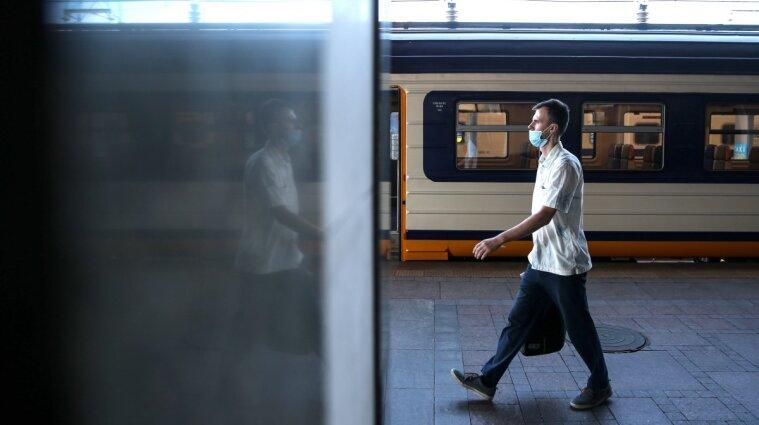 Укрзализныця усиливает карантин: без ковид-сертификата не пустят в поезд