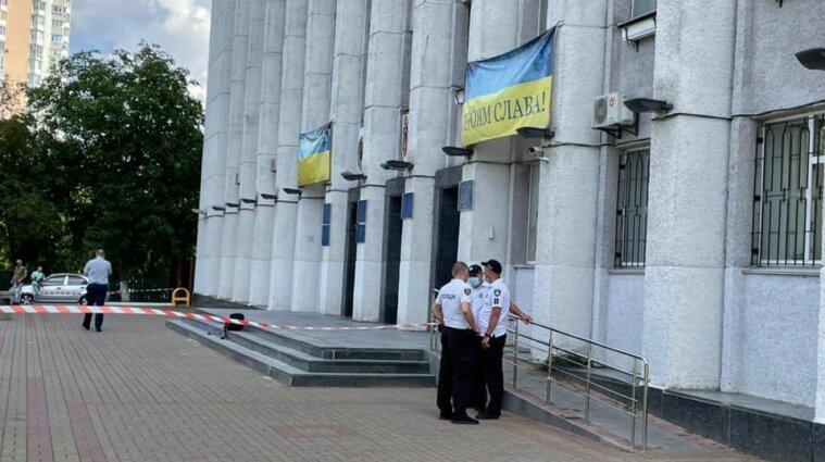В Вышгороде мужчина устроил стрельбу возле горсовета