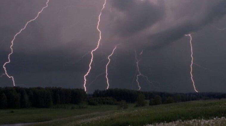 Зливи та вітер: синоптики попередили українців про негоду