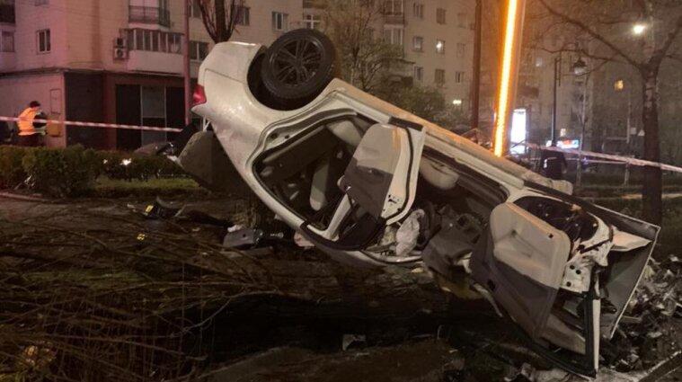 В Киеве пьяный водитель, убегая от полиции, влетел в столб: погибла пассажирка - фото