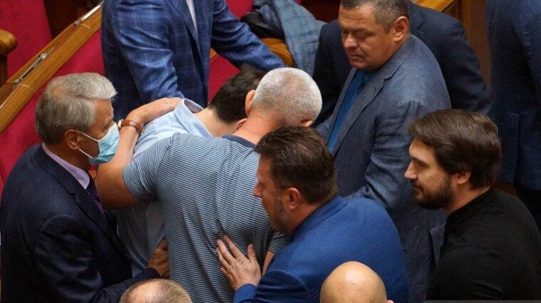 """Депутаты подрались в Раде: удар кулаком получил """"слуга"""" Сольский - видео"""