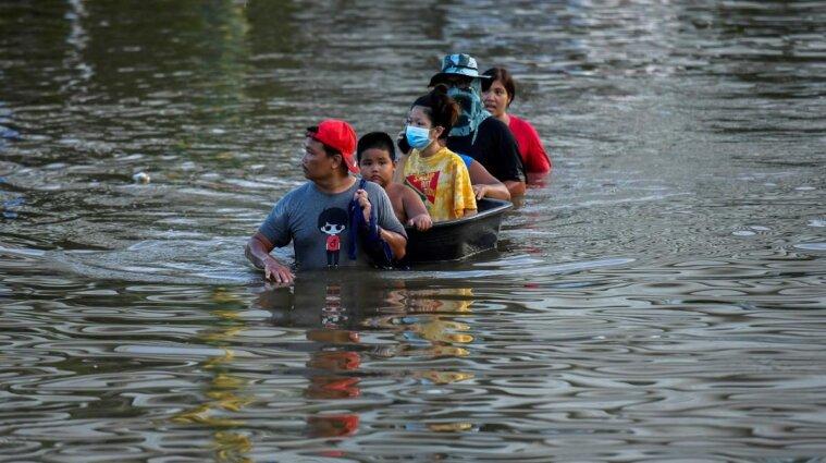 Таїланд накрила потужна повінь: пів країни під водою - фото