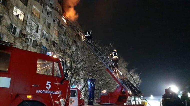 В масштабном пожаре в Кропивницком спасли 28 человек - видео