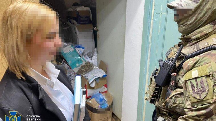 Поліцейська викрадала наркотики із речових доказів та продавала