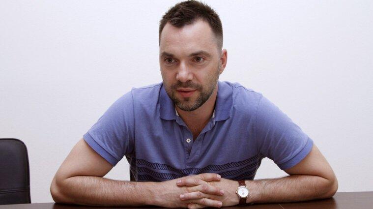 """Арестович""""трохи переплутав"""" та повідомив, що український військовий помер від алкогольної інтоксикації"""