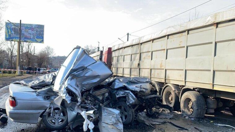 В Одесской области легковушка въехала в грузовик: погибли две несовершеннолетние девушки