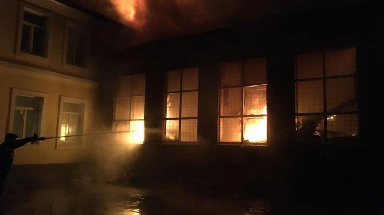 В Чугуєві загорівся спортзал школи: дітей переведуть на дистанційне навчання