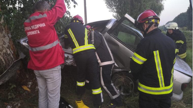 Авто зігнулося: рятувальники вирізали з машини постраждалих у ДТП - фото