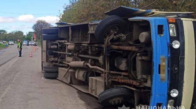 Автобус с пассажирами перевернулся в Ровенской области - фото