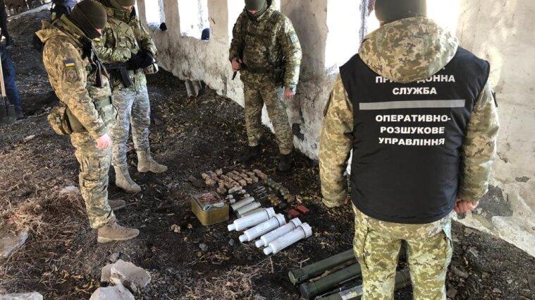 На Донбассе нашли большой схрон оружия в разрушенном здании