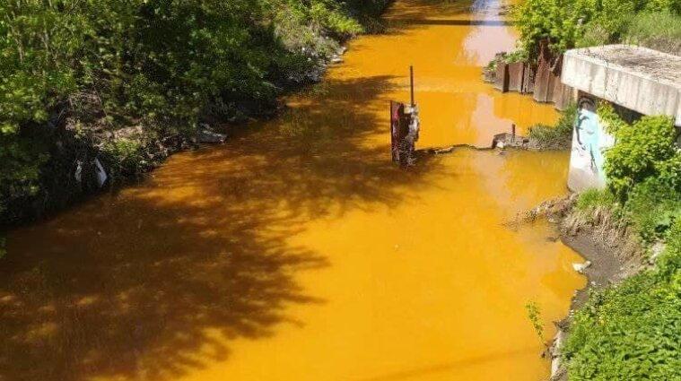 Река Лыбедь пожелтела в Киеве - фото