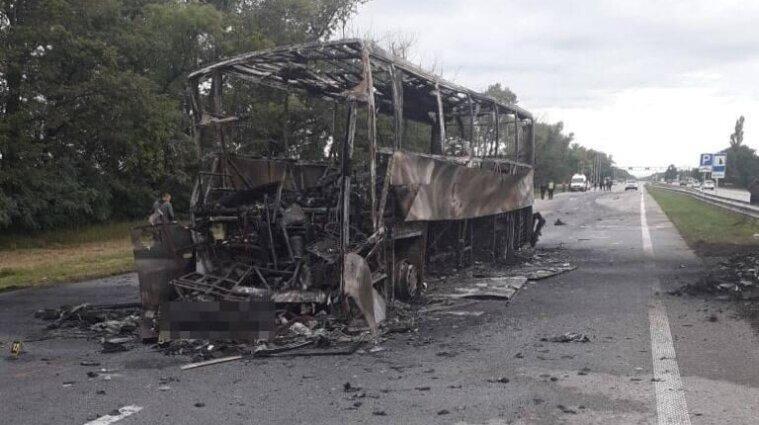 """На трасі """"Київ-Чоп"""" автобус зіткнувся з автовозом: водій загинув, ще 11 людей постраждали (фото)"""