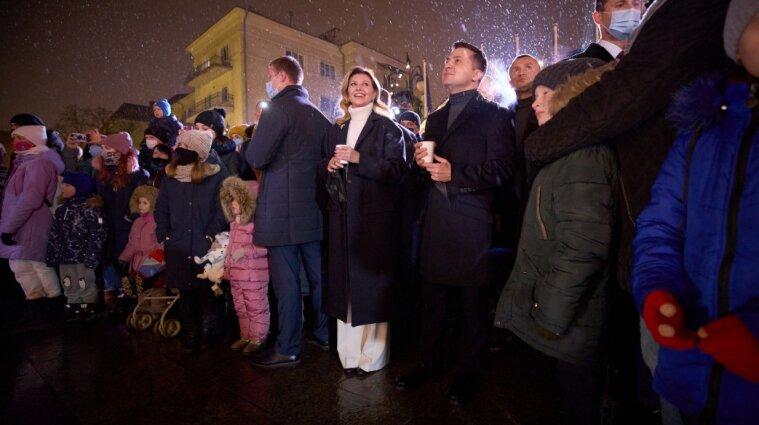Зеленський з дружиною відвідали містечко Святого Миколая і запалили святкову ялинку - фото