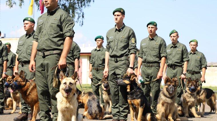 Прикордонники з службовими собаками пройдуть на параді до дня Незалежності (фото)