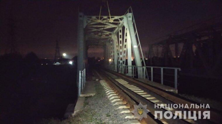 В Харькове ребенка ударило током на 8-метровом мосту: он погиб
