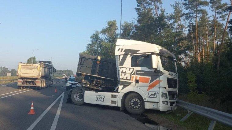 Трассу Киев-Ковель частично перекрыли из-за ДТП: фура смяла легковушку
