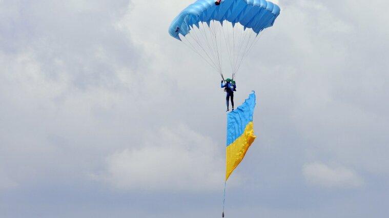 Ко Дню Независимости 14 парашютистов в небе станцевали гопак - видео